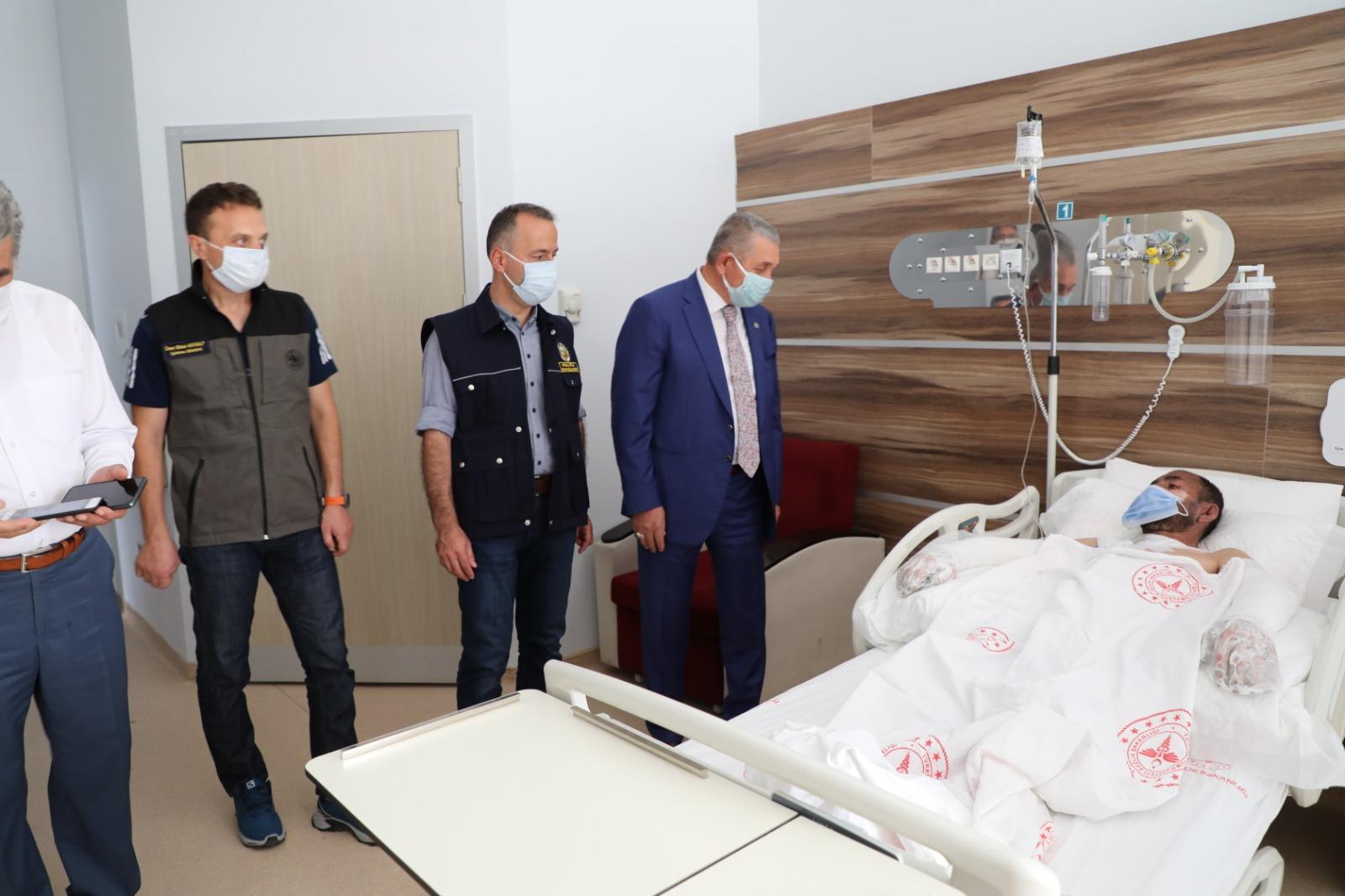 Öz Orman İş Genel Başkanı Settar Aslan'dan yangında yaralanan işçiye ziyaret.